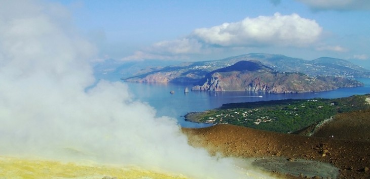 vapour-in-vulcano-island-1359769-1279x877