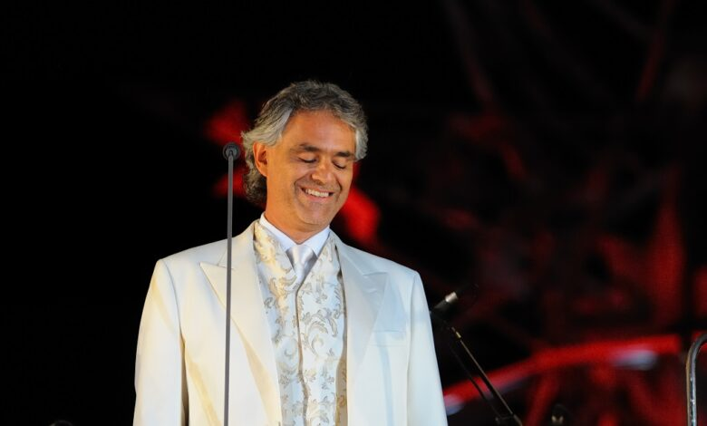 Photo of Andrea Bocelli streamer fra Milano's Domkirke